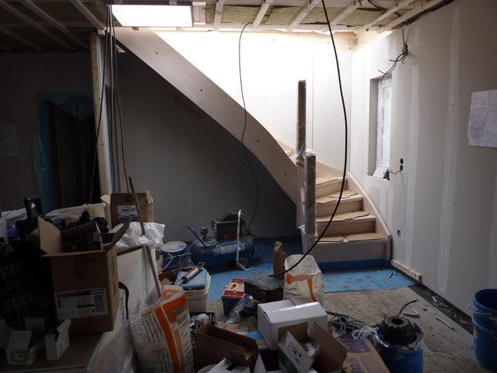 Naše Nova 77 - hotovo! - Naše krásné namořené schody, ještě chybí zeď a komín