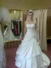 Svadobné šaty na mne, škoda, že boli iba krémové, hneď by som ich brala. Ja chcem iba v bielej farbe.