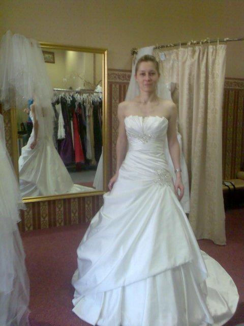 Janka a Roman - Svadobné šaty na mne, škoda, že boli iba krémové, hneď by som ich brala. Ja chcem iba v bielej farbe.