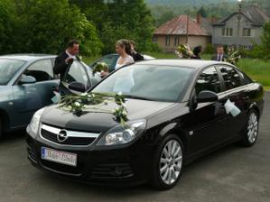 Naše zlaté autíčko po svadbe už aj mnou pokrstené:)