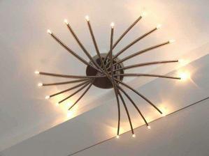 Lampa nad schodmi pekne ladí so zábradlím...