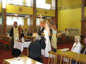 v kostole.. svedkom som veru nezávidela tento akt.. :)