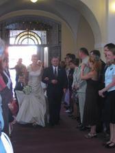 Táta vede nevěstu k oltáři