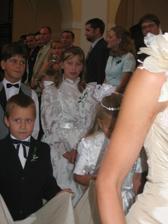 Za nevěstou bylo spoustu družiček a hochů