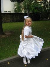 Družička Sanynka před kostelem