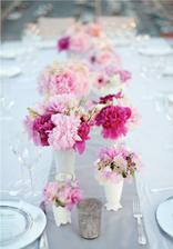 dekorace hlavně bílá a pak trochu růžové
