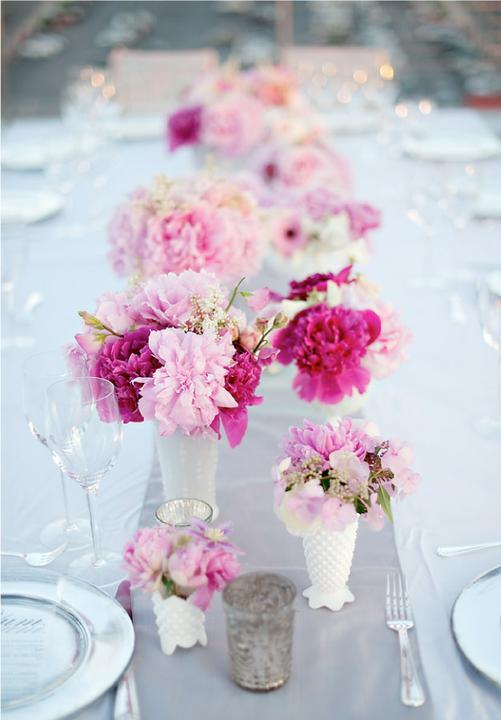 Naše malá puntíkovaná svatba - dekorace hlavně bílá a pak trochu růžové