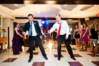 tu mali chlapci solo, tancovali specialny tanec na YMCA