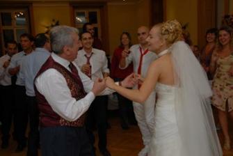 s mojim svokrom ktory nikdy netancuje...ale na svadbe ho nebolo mozne posadit..