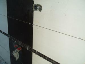 A začíname obkladať...kúpelňa