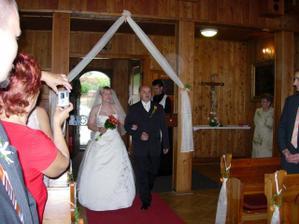 Tatínek vede nevěstu k oltáři