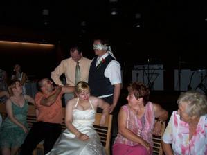 Zábava pokračovala a pro změnu hledal ženich nevěstu podle lokte...