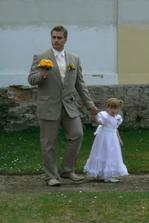 .. manžel s naší nejmenší drůžičkou...
