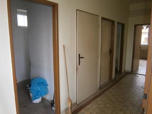 1.dv. chodba, s okienkom bude wc, 2dv. povala, 3dv. pivnica, 4. dv. kupelna, oproti obyvacka