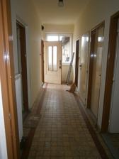 chodba - pohlad od obyvacky na vchodove dvere, na lavo kuchyna