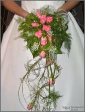 Visící růže jsou naaranžované úžasné