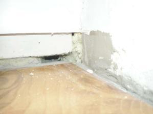 toto som mal ´pod balkónovými dverami po odńatí lišty: myšička myš, poď ku mne blíž:  :)