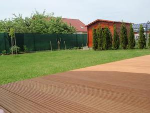 konečně máme zahradní domečeek :) a místo dlažby na terase bankiray