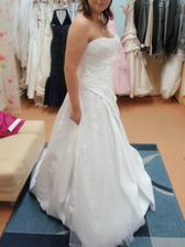 šaty č.1 co jsem si skoušela, nádherné, jen ten vršek mi vůbec neseděl!!!