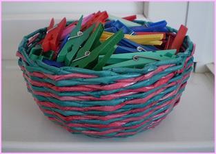 Môj košík z papiera na štipce na prádlo. Viac na : http://bujdosova.blog.sme.sk/c/335271/Papierove-pletenie-XVII.html
