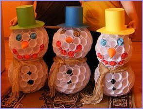 Snehuliaci z 1 dcl pohárov. Viac na: http://bujdosova.blog.sme.sk/c/344932/Zimna-vyzdoba-triedy.html