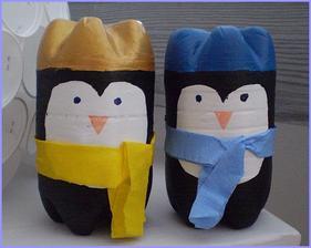 Tučniaci z plastových fliaš. Viac na: http://bujdosova.blog.sme.sk/c/344932/Zimna-vyzdoba-triedy.html