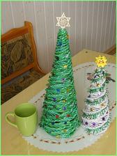 Vianočné stromčeky z papierového pletenia vo veľkosti 25 cmhttp://bujdosova.blog.sme.sk/c/345376/Papierove-pletenie-XVIII.html a 50 cm. Viac na: