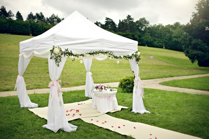 Easy Wedding - dekorační a květinový servis, půjčovna svatebních dekorací - svatební altánek zdobený girlandou