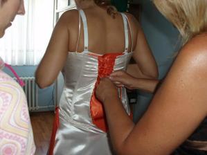 šněrování do šatů..maminka a kamarádky