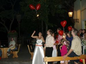 .. a pouštěli se balonky na společnou cestu...