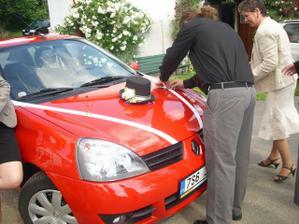 NAŠE autí ve svatební-vezlo ženicha