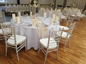 Materiál na prenájom - chiavari stolička limewash ,klubové taniere