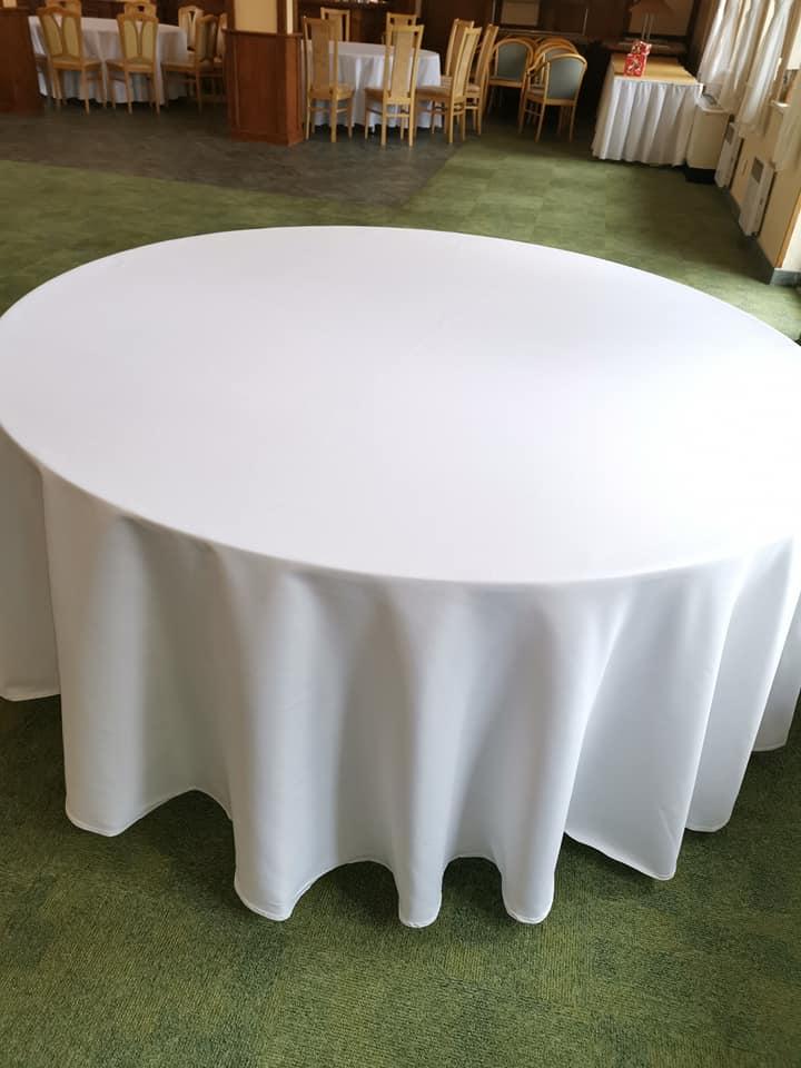 Chiavari stoličky,klubové taniere,zlatý príbor - biele okrúhle obrusy,okrúhle stoly
