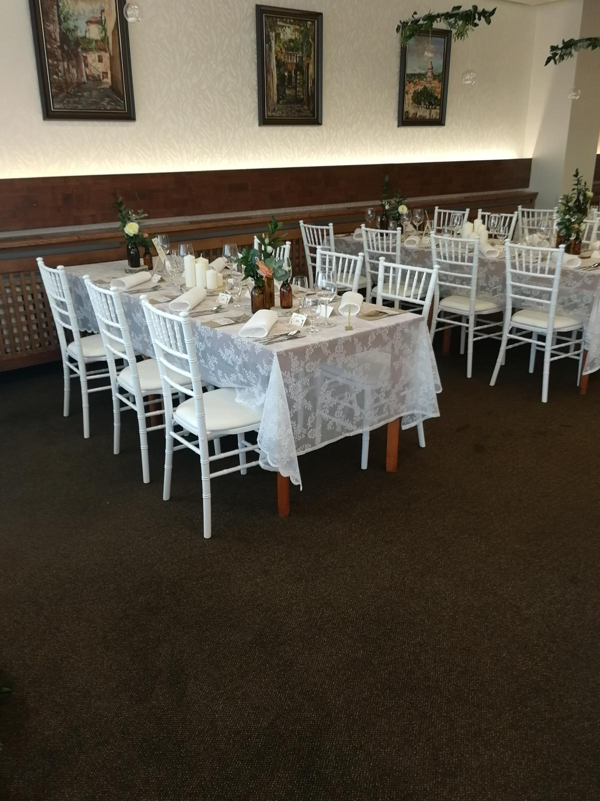 Chiavari stoličky,klubové taniere,zlatý príbor - biele chiavari stoličky ,čipkované obrusy, hnedé vázičky