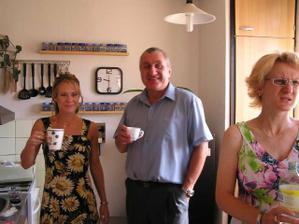 ranní káva s tatínkem a starší sestrou