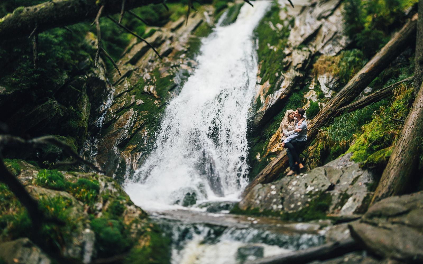 Ivona{{_AND_}}Pavel - Je pátek odpoledne - den před svatbou a my vyjeli fotit a natáčet prewedding k nejvyššímu vodopádu Bílá Strž na Šumavě. Na tu šílenou zimu a zážitky nahoře Šumavy, jen tak nezapomeneme :-).