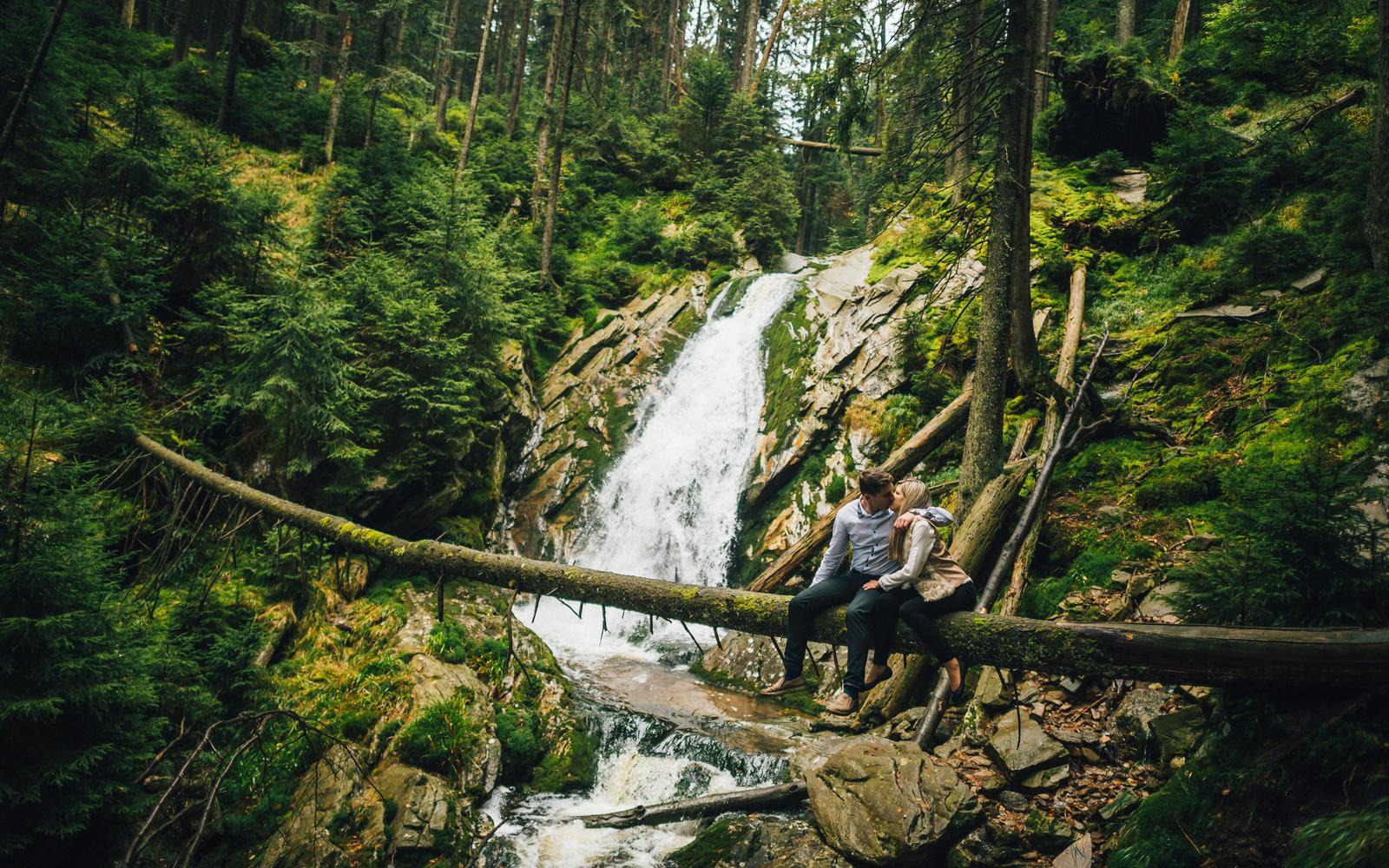 """Ivona{{_AND_}}Pavel - Opravdu zážitek vylézt na kmen stromu """"den před svatbou"""" :D """"ála kaskadéři"""" :D. Nepříjemná zima a chlad od vodopádu nám to vše ztěžovalo :D. Pod námi už je jen propast 5 metrů ..."""