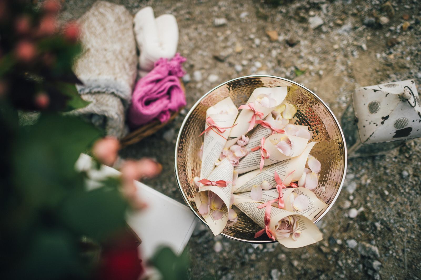 Ivona{{_AND_}}Pavel - květiny, koš s dekami, pravé okvětní lístky, všude lucerničky se zapálenými svíčkami ... přesně tak jsem si to vysnila.