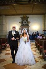 k oltaru ma odprevadzal skvely priatel mojho manzela... najlepsi druzba :D vidite ako zladil kravatu s aplikaciami na mojich satach? to som si uvedomila az na fotkach po svadbe :D
