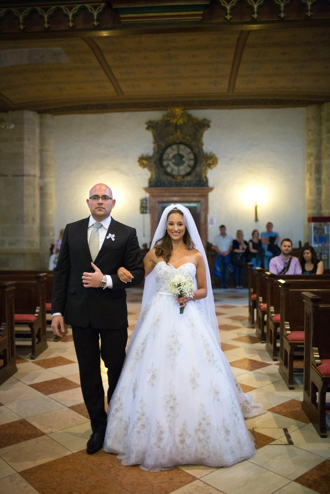 Sandra {{_AND_}}Anton - k oltaru ma odprevadzal skvely priatel mojho manzela... najlepsi druzba :D vidite ako zladil kravatu s aplikaciami na mojich satach? to som si uvedomila az na fotkach po svadbe :D