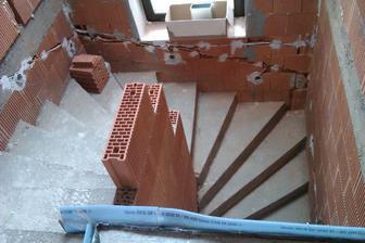 čo s muríkom okolo schodov?