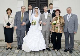 Novomanželé s rodiči a sourozenci