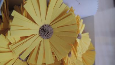 Výroba slunečnic na ozdobu košíčků na výslužky.