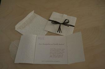 realita - nase oznamenie - samovyroba. darcekovy krceny papier, lykova stuzka, priesvitny okrasny list z ikei