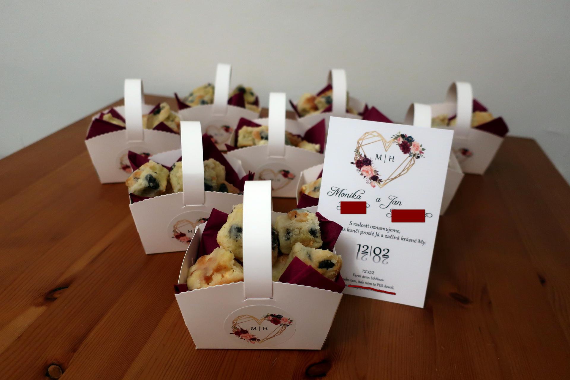 M   {{_AND_}}    H - Svatební koláčky, co u nás roznášíme asi měsíc před svatbou. Vlastní návrh oznámení i samolepek.