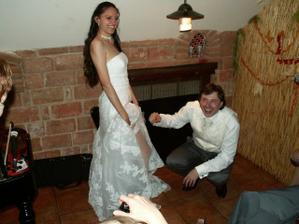 První pohled ženicha na podvazek ;-)