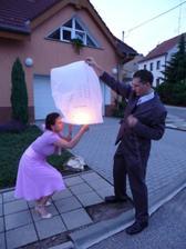 Přátelé nám vypustili čínský balón štěstí s přáníčky do oblak