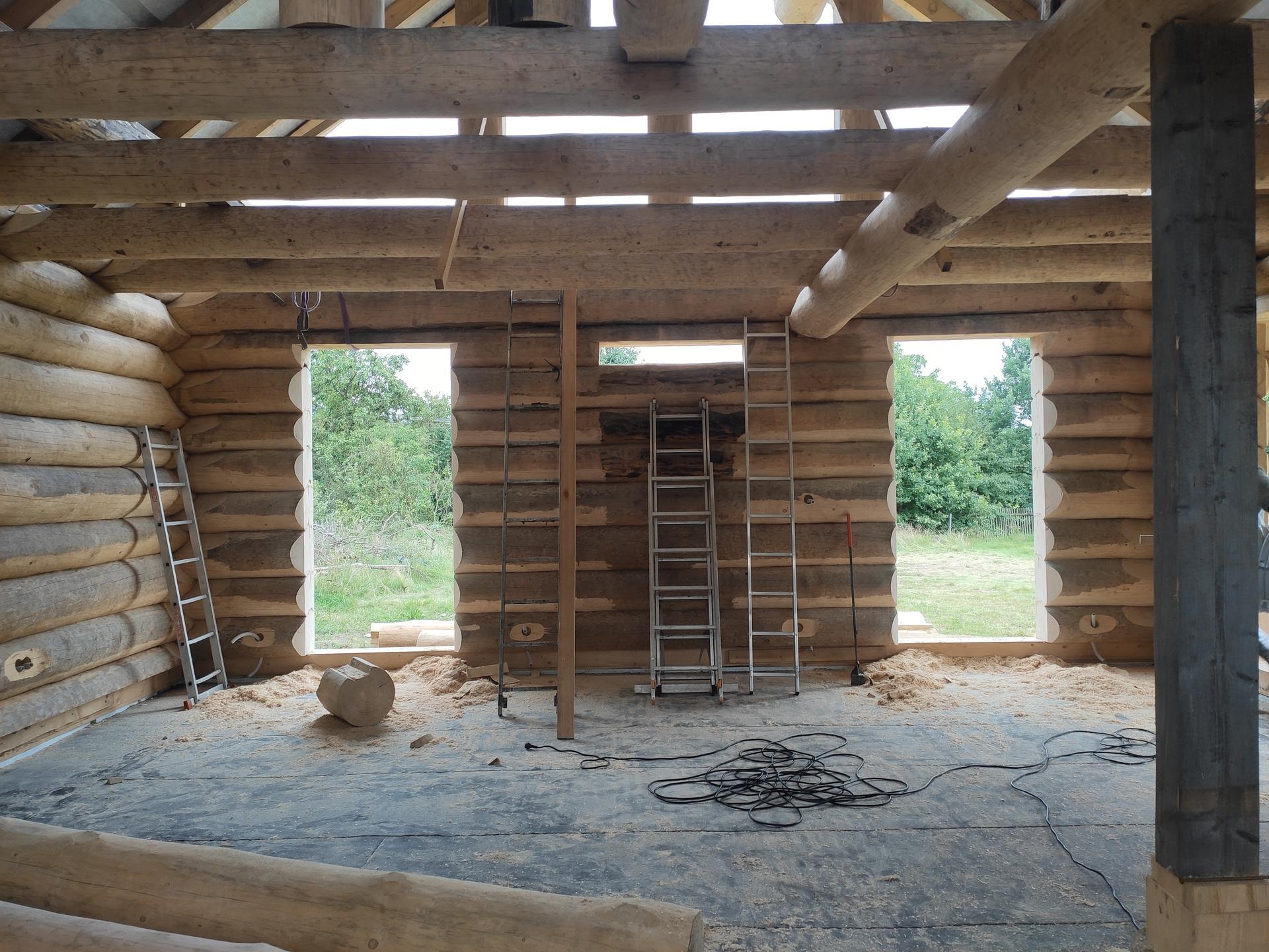 Okna kompletně vyřízlá, ,,stačí,, je zaměřit , příčky Ytong převážně 125mm.nasleduje vyzděni, upevnění krbové vložky a akumulační nádrže na podstavec,elektro,voda a kanalizace, podlahový topení,vystukování příček a zalití anhydritem .mezitím usadit dva podstavne sloupy ,usazení komína, tašky beton na střechu, nátěr čerstve obroušeného vnitřku  🙈 - Obrázek č. 2