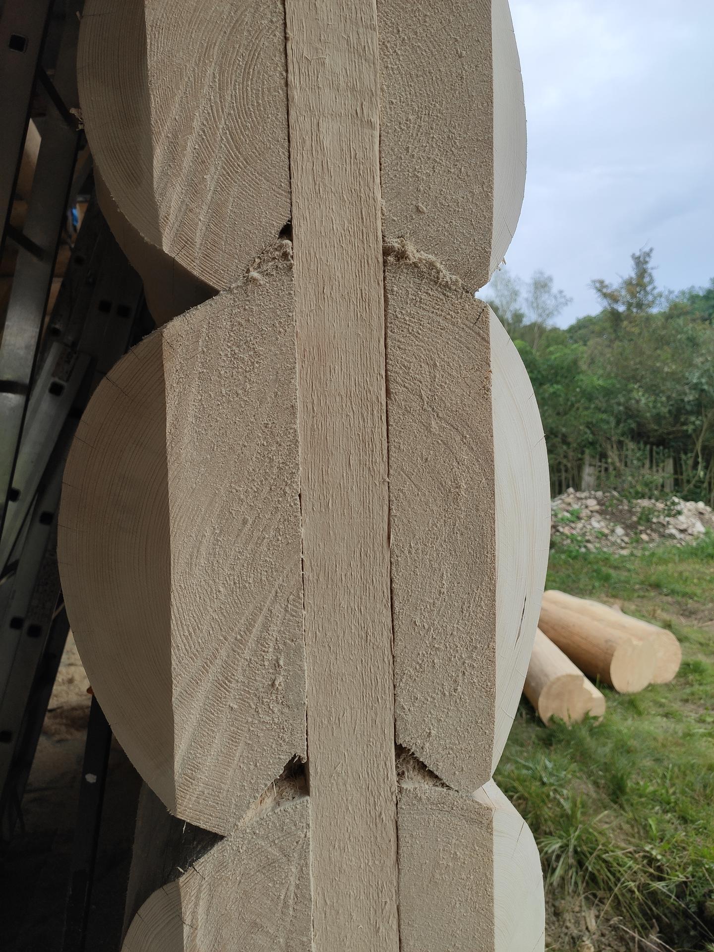 Okna kompletně vyřízlá, ,,stačí,, je zaměřit , příčky Ytong převážně 125mm.nasleduje vyzděni, upevnění krbové vložky a akumulační nádrže na podstavec,elektro,voda a kanalizace, podlahový topení,vystukování příček a zalití anhydritem .mezitím usadit dva podstavne sloupy ,usazení komína, tašky beton na střechu, nátěr čerstve obroušeného vnitřku  🙈 - Obrázek č. 3