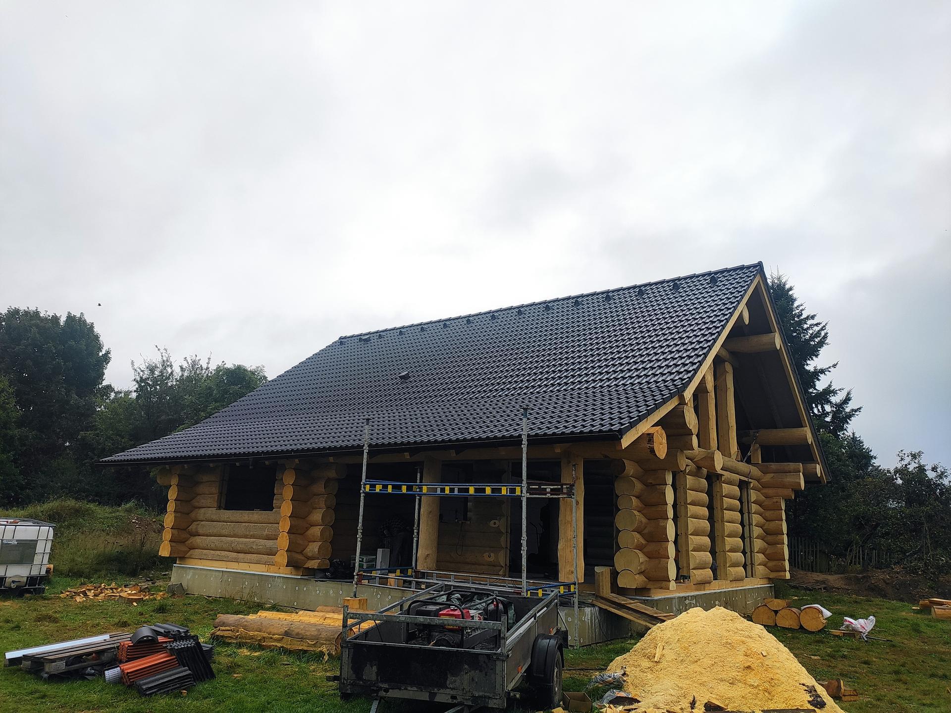 Nečekat na výrobu oken ,bydlíme.do Vánoc 😀 do střechy přijde ještě jedno okno a komín samozřejmě:) - Obrázek č. 3